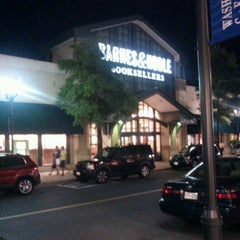 Photo taken at Barnes & Noble by Raul M. on 8/5/2012