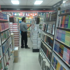 Photo taken at Popular Bookstore by Beb J. on 9/12/2012