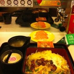 Photo taken at Sushi Express 争鲜回转寿司 by nard k. on 3/29/2012