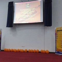 Photo taken at Auditorium Perpustakaan Sultanah Nur Zahirah, UMT by Nara D. on 5/12/2012