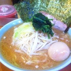 Photo taken at 横浜ラーメン武蔵家 幡ヶ谷店 by Atsushi M. on 5/11/2012