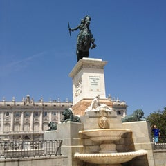 Photo taken at Estatua de Wifredo el Velloso by Zung N. on 5/31/2012