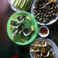 Photo taken at Hải sản chợ KimLiên by Tung T. on 7/21/2012