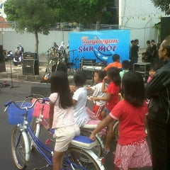 Photo taken at Car Free Day Tunjungan by Bung R. on 3/3/2012