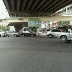 Photo taken at แยกรัชดา-ลาดพร้าว (Ratchada-Lat Phrao Intersection) by NILINKER on 2/7/2012