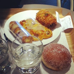 Photo taken at Paris Baguette by Đa V. on 5/8/2012