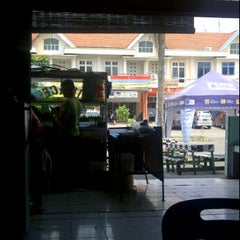 Photo taken at Warung Mie Pak Abu by Teuku U. on 7/1/2012
