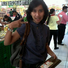 Photo taken at Giant Ekstra by anggie a. on 6/11/2012