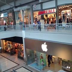 Photo taken at Apple Store, Bridgewater by Luiz A. on 8/1/2012