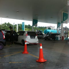 Photo taken at Petronas Lebuhraya Serdang Puchong by Cikgu D. on 2/26/2012