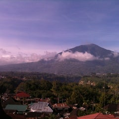 Photo taken at The Hills Bukittinggi Hotel & Convention by Fresa Y. on 5/5/2012