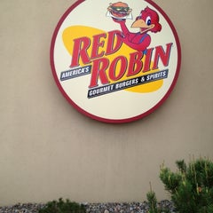Photo taken at Red Robin Gourmet Burgers by Andrew T. on 5/3/2012