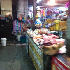 Photo taken at ตลาดบ้านแพ้ว by Tukta on 8/1/2012