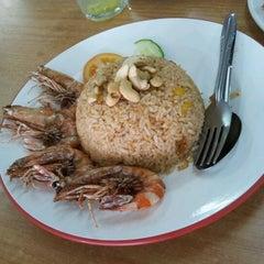 Photo taken at Restoran Makanan Thai Asli / Om Fruit Juice by Carrie C. on 3/31/2012