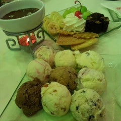 Photo taken at Swensen's (สเวนเซ่นส์) by So Far Away ❤. on 8/13/2012