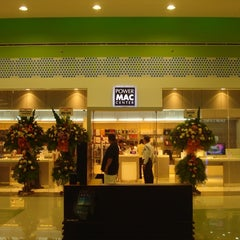 Photo taken at Power Mac Center by Mavi R. on 4/19/2012