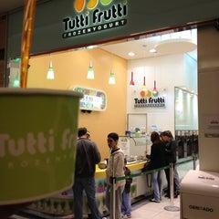 Photo taken at Tutti Frutti Frozen Yogurt by Marco A. on 7/8/2012