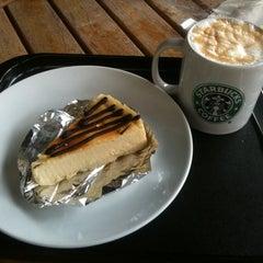 Photo taken at Starbucks (สตาร์บัคส์) by Frits K. on 6/4/2012