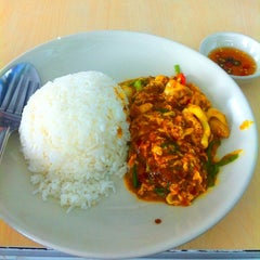 Photo taken at Katak Kitchen (ไก่ทอด ส้มตำ) by Natt S. on 8/10/2012