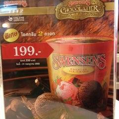 Photo taken at Swensen's (สเวนเซ่นส์) by Chirapha Z. on 7/3/2012