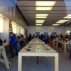 Photo taken at Apple Store, Chestnut Street by Will 李. on 8/17/2012