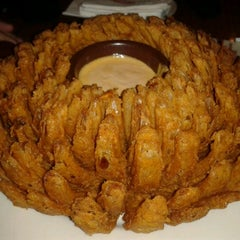 Photo taken at Outback Steakhouse by Letícia T. on 7/29/2012
