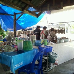 Photo taken at ก๋วยเตี๋ยวเป็ดเจ๊ยา(เจ้าเก่าสวนมะลิ) by นที ส. on 5/19/2012