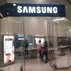 Photo taken at Samsung Galaxy Store by Juan T. on 6/11/2012
