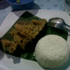 Photo taken at Bebek Kremes Sambal Gledek by Tasya S. on 7/31/2012
