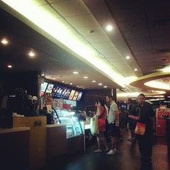 Photo taken at McDonald's & McCafé (แมคโดนัลด์ & แมคคาเฟ่) by Vithaya P. on 7/18/2012