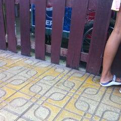 Photo taken at โจ๊กบ้านไม้ by Potae p. on 5/20/2012