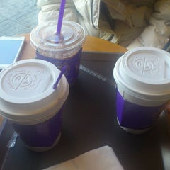 Photo taken at The Coffee Bean & Tea Leaf by Vincent K. on 2/18/2012