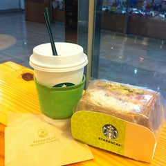 Photo taken at STARBUCKS COFFEE by Jinsook L. on 8/28/2012