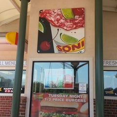 Photo taken at SONIC Drive In by Marvin L. R. on 8/25/2012
