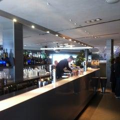 Photo taken at Globe Restaurant & Lounge Bar by Ge G. on 4/12/2012