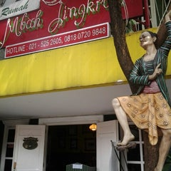 Photo taken at Waroeng Mbah Jingkrak Setiabudi by Isnarny M. on 6/10/2012
