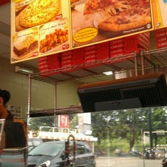 Photo taken at PHD (Pizza Hut Delivery) Kalimalang by Syarif H. on 5/18/2012