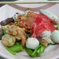 Photo taken at เย็นตาโฟ (วัดจันทร์ใน) by 'Jeanz W. on 3/22/2012