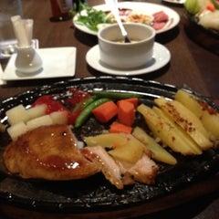 Photo taken at Chokchai Steakhouse (โชคชัยสเต็คเฮาส์) by Pawanrath C. on 6/1/2012