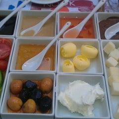Photo taken at Nook Cafe & Restaurant by Hakan V. on 4/8/2012