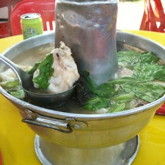 Photo taken at Nan Hwa Chong Fish-Head Steamboat Corner (南华昌亚秋鱼头炉) by Belinda A. on 2/22/2012