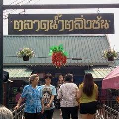 Photo taken at ตลาดน้ำตลิ่งชัน (Taling Chan Floating Market) by Rangsiman K. on 2/12/2012