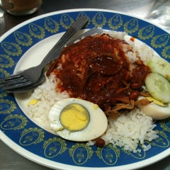 Photo taken at Nasi Kandar Pelita by Nazrul Z. on 2/7/2012