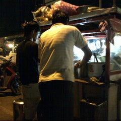 Photo taken at Lontong Sayur Pasar Cihargeulis by Ferdian D. on 5/5/2012