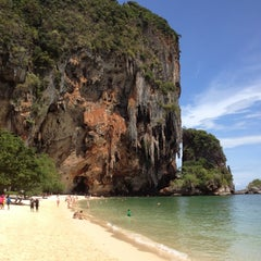 Photo taken at อ่าวไร่เลย์ ตะวันตก (Railay Beach West) by Panu L. on 4/16/2012