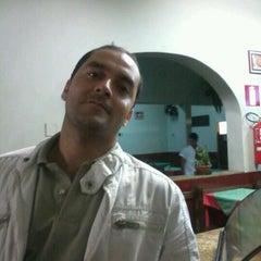 Photo taken at Restaurante e Pizzaria Guarujá by Fred E. on 5/9/2012