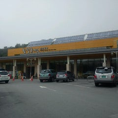 Photo taken at 횡성휴게소 (Hoengseong Service Area) by KyungRan K. on 7/16/2012