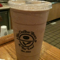 Photo taken at The Coffee Bean & Tea Leaf® by Lindsay-Lu W. on 5/11/2012