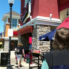 Photo taken at Red Robin Gourmet Burgers by Sue T. on 7/10/2012