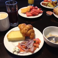 Photo taken at Grandviews Lounge At The Grand Hyatt by HJ on 9/10/2012